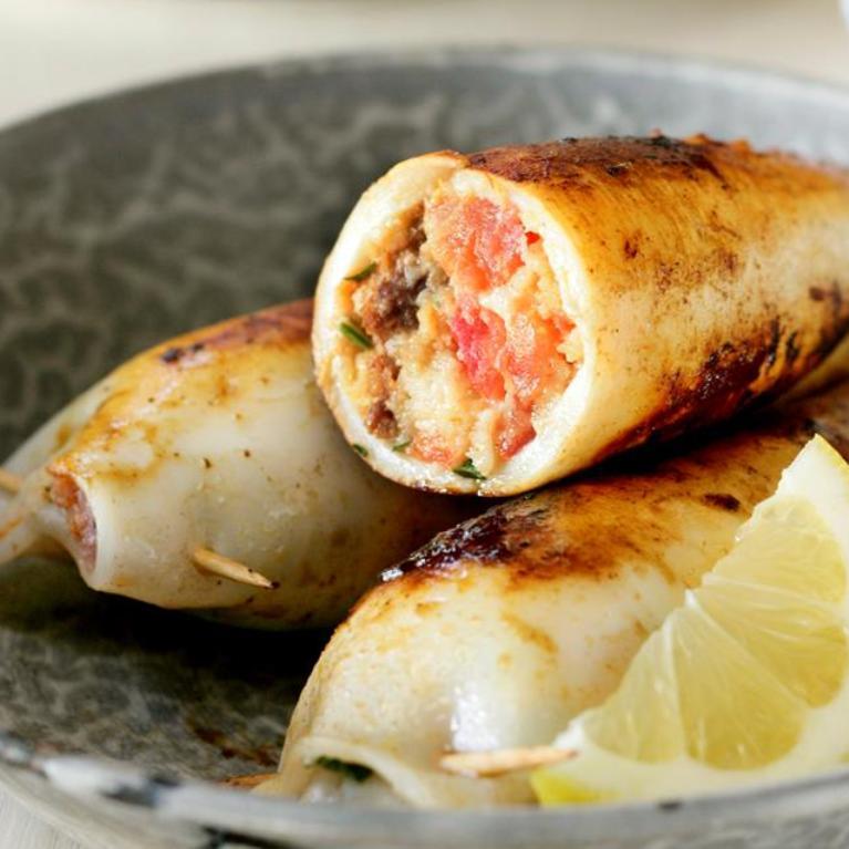 Хвосты кальмаров, запеченные с луком и сыром фета